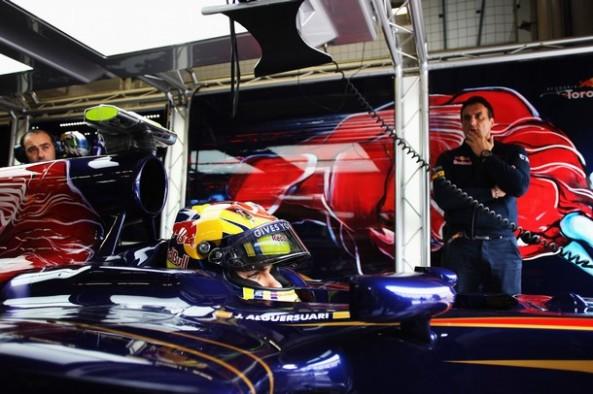 Jaime Alguersuari se prepara para salir con su coche.